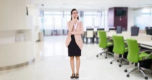 La empresaria habla en el teléfono móvil en oficina