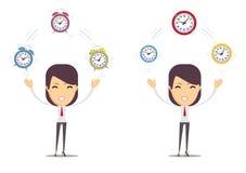 La empresaria hace juegos malabares con el tiempo, simbolizando a la gestión de tiempo Fotos de archivo