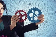 La empresaria intenta conectar pedazos de los engranajes Concepto de trabajo en equipo, de sociedad y de integración libre illustration
