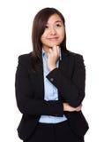 La empresaria joven asiática piensa en idea imagenes de archivo