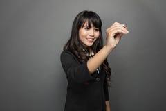 La empresaria joven está escribiendo en la pantalla virtual Fotografía de archivo libre de regalías