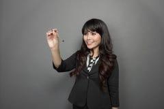 La empresaria joven está escribiendo en la pantalla virtual Imágenes de archivo libres de regalías