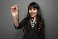 La empresaria joven está escribiendo en la pantalla virtual Foto de archivo