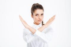 La empresaria joven hermosa con las manos cruzadas que muestran la parada gesticula imagen de archivo libre de regalías