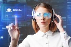 La empresaria joven que trabaja en vidrios virtuales, selecciona el compromiso del empleado del icono en la exhibición virtual Fotos de archivo