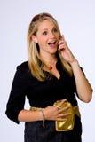 La empresaria joven sorprendida habla en el teléfono celular. Imágenes de archivo libres de regalías