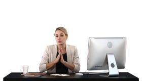 La empresaria linda mira la c?mara en su oficina y negociaciones, fondo blanco imagen de archivo