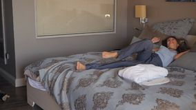 La empresaria llegó al hotel y al salto en cama metrajes