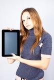 La empresaria lleva a cabo el ipad como el dispositivo Foto de archivo libre de regalías