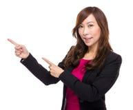 La empresaria mayor con el finger señala imagen de archivo
