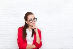 La empresaria mira para arriba para copiar los vidrios rojos de la chaqueta del desgaste del espacio que los seriuos piensan Fotografía de archivo libre de regalías