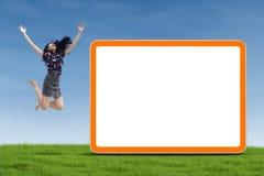 La empresaria que salta con el tablero en blanco fotos de archivo libres de regalías
