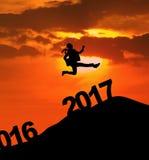 La empresaria que salta en la colina con los números 2017 Fotos de archivo libres de regalías