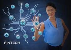 La empresaria que toca Fintech con los diversos iconos del negocio interconecta Imagen de archivo libre de regalías