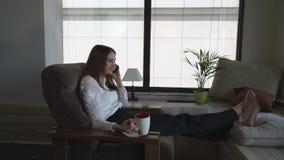 La empresaria que usa su teléfono tiene una pequeña charla durante su tiempo libre almacen de metraje de vídeo