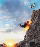 La empresaria rápida con un coche sube una montaña para alcanzar la bandera Concepto de ?xito y de competencia libre illustration