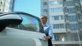 La empresaria recibe llaves al auto de lujo de distribuidor autorizado, de préstamo de coche o de compra almacen de video