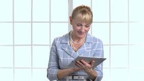 La empresaria recuerda algo y mecanografiando en la tableta almacen de metraje de vídeo