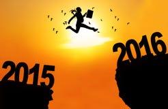La empresaria salta sobre el acantilado con los números 2016 Fotos de archivo libres de regalías