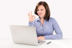 La empresaria se está sentando delante de un ordenador portátil Imagen de archivo libre de regalías