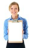 La empresaria sostiene el sujetapapeles con la tarjeta del blanco A4 Fotografía de archivo