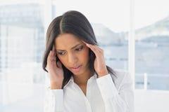 La empresaria sufre un dolor de cabeza severo fotos de archivo libres de regalías