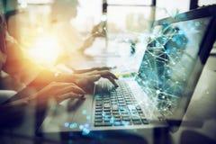 La empresaria trabaja en oficina con un ordenador portátil con efectos de Internet Concepto de distribución de Internet y de inic foto de archivo