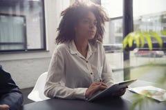 La empresaria trabaja en oficina con una tableta Concepto de distribución de Internet y de inicio de la compañía imagenes de archivo