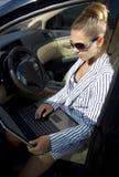 La empresaria utiliza la computadora portátil Foto de archivo libre de regalías