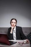 La empresaria vestida en traje y con el ordenador portátil tiene descanso para tomar café; Imágenes de archivo libres de regalías