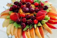 La endecha cortada de las manzanas, del kiwi, de las fresas y de las cerezas sirvió Foto de archivo