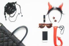 La endecha creativa del plano de la moda de Halloween fijó en el fondo blanco, accesorios de la mujer en rojo y negro con smartph Foto de archivo libre de regalías