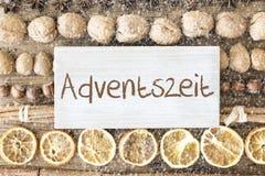 La endecha del plano de la comida de la Navidad, Adventszeit significa a Advent Season, copos de nieve Foto de archivo