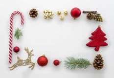La endecha del plano de la Navidad diseñó la escena - marco de la visión superior con las decoraciones de la Navidad Composición  imágenes de archivo libres de regalías