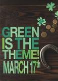La endecha plana con las monedas y la herradura en el tablero de la mesa de madera con verde es el tema fotos de archivo libres de regalías