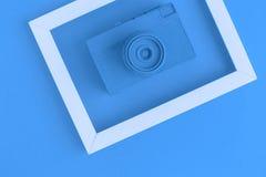 La endecha plana de la cámara azul del vintage y la foto enmarcan el fondo Foto de archivo