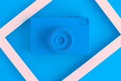 La endecha plana de la cámara azul del vintage y la foto enmarcan el fondo Imagen de archivo libre de regalías