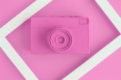 La endecha plana de la cámara color de rosa del vintage y la foto enmarcan el fondo Fotos de archivo