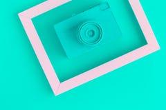 La endecha plana de la cámara del vintage de la turquesa y la foto enmarcan el fondo Imagen de archivo