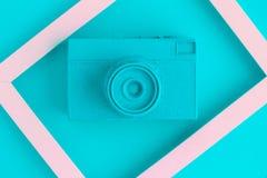La endecha plana de la cámara del vintage de la turquesa y la foto enmarcan el fondo Fotografía de archivo libre de regalías