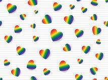 La endecha plana del arco iris coloreó corazones dispersados en fondo rayado gris claro y blanco Ejemplo inconsútil del vector de fotografía de archivo