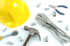 La endecha plana del trabajo del reparador, casco de seguridad, llave ajustable fotografía de archivo