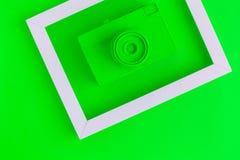 La endecha plana del verde pintó la cámara del vintage y el fondo del marco de la foto Fotografía de archivo libre de regalías