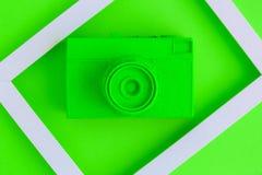 La endecha plana del verde pintó la cámara del vintage y el fondo del marco de la foto Imágenes de archivo libres de regalías