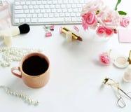 La endecha plana, escritorio femenino de la oficina de la visión superior, hembra compone los accesorios, foto de archivo