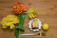 La endecha plana hermosa con los tulipanes y el limón se apelmazan Imagen de archivo