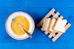 La endecha plana mezcló los huevos con el pan de la tostada para la tostada francesa Fotos de archivo libres de regalías