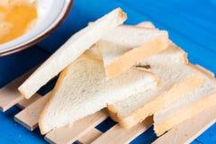 La endecha plana mezcló los huevos con el pan de la tostada para la tostada francesa Foto de archivo
