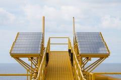La energía solar es un poder verde, célula solar para genera el poder para el equipo eléctrico de la fuente en plataforma de petr Imágenes de archivo libres de regalías