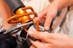 La enfermera actúa con la grúa para las personas discapacitadas de elevación Fotos de archivo libres de regalías